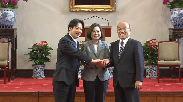蔡英文總統(中間)與辭去行政院長的賴清德(左)和將接任閣揆的蘇貞昌(右)共同舉行記者會。