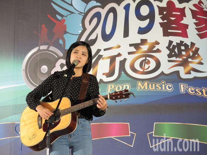 22歲女生黃宇寒是桃園龍潭客家人,喜好歌唱與創作的她,從大學起征戰四、五十場大大小小歌唱比賽,去年返鄉參加客家流行音樂節,一舉拿下歌唱賽青年組、創作賽雙料冠軍,今天受邀替音樂節宣傳演唱。記者張裕珍/攝影