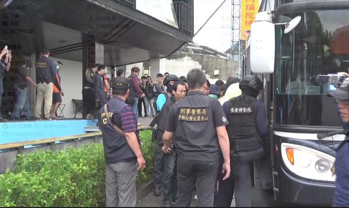 檢警昨天前往屏東縣沐夏墾丁會館搜索,帶回涉嫌經營詐欺機房的陳姓男子等27人。記者陳宏睿/翻攝