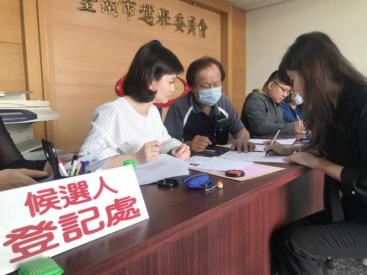 「最強的村姑」陳筱瑜今到台南選委會登記參選。記者綦守鈺/攝影