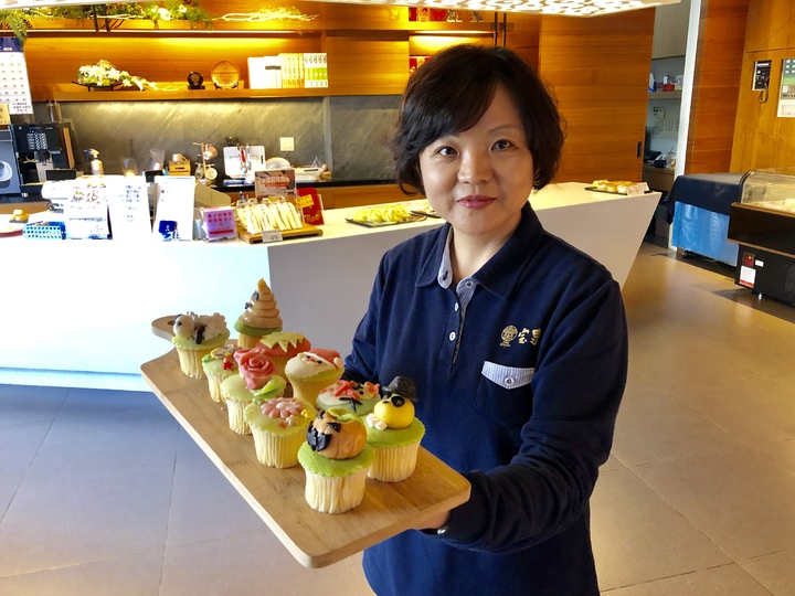 配合台中花博,百年餅店宝泉也推出「花博糕餅DIY」活動邀請看花博的親子參加。記者宋健生/攝影