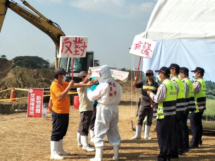 現場模擬民眾抗議阻止掩埋作業,經警方強力排除。記者謝進盛/攝影