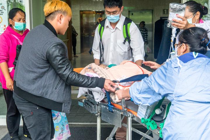 重病男嬰今天早上約10時從花蓮慈濟醫院出發,男嬰爸爸(左1)緊張不捨。記者蔡翼謙/攝影