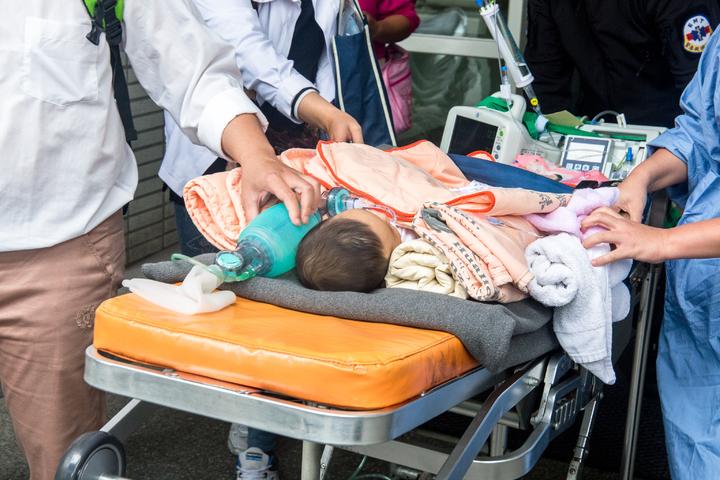 重病男嬰今天早上約10時從花蓮慈濟醫院出發。記者蔡翼謙/攝影