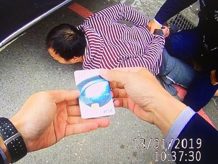阮盜走陳女金融卡、存摺,才剛盜領就被警方逮捕。圖/警方提供