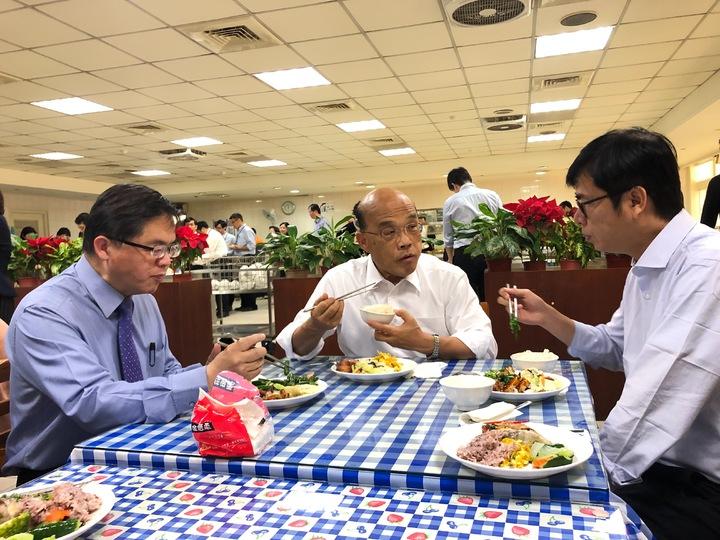 行政院長蘇貞昌(中)中午找副院長陳其邁(右)、秘書長李孟諺(左)等人餐敘。記者張文馨/攝影