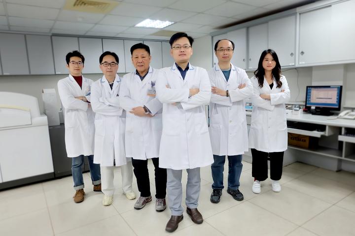 羅東博愛醫院檢驗科主任鄭明輝(中)表示,醫檢師是醫師最有力的後盾,是幕後提供圖/羅東博愛醫院提供