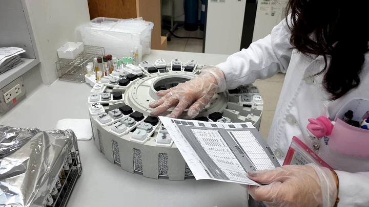 從檢體成為一份檢驗報告,每個環節都經過最高規格的處理和醫檢師再三確認,並產出精準的檢驗數據,讓醫師可以進行正確的診斷及治療。圖/羅東博愛醫院提供