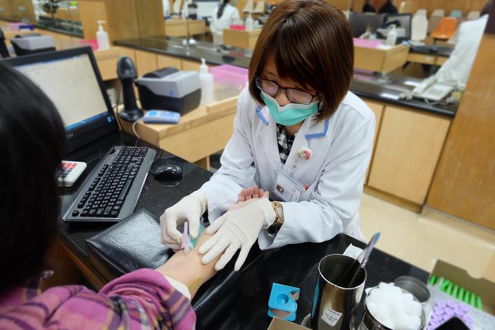 抽血是病人與醫檢師最接近的時機,也是取得檢體來源最常使用途徑。圖/羅東博愛醫院提供