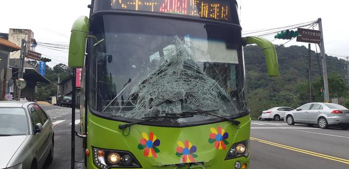 余姓前科犯今早逆向駕駛撞安全島後,狠撞公車,公車車頭全毀。記者賴郁薇/攝影