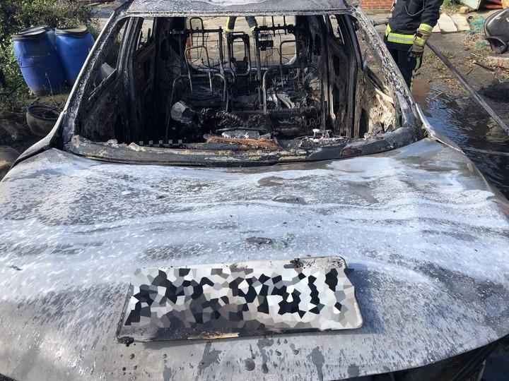 桃園市觀音區一輛自小客車今天下午2時多在一處廢棄三合院旁突發失火,車子瞬間起火爆炸燒成廢鐵,車內發現兩具焦屍。記者曾增勳/翻攝