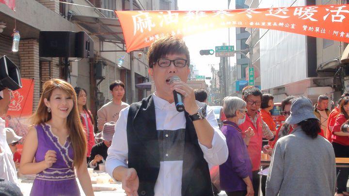藝人馮偉傑、蔡均安、董育君等人捲起衣袖當志工,也唱歌鼓舞人心,氣氛溫馨。記者王慧瑛/攝影
