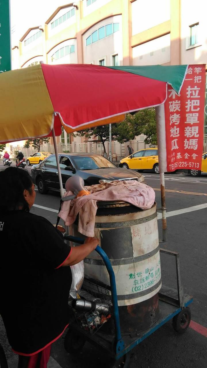 從泰國嫁至台灣的雷姓婦人,離婚後獨自扶養幼子,人安基金會協助她賣烤地瓜謀生,每天下午在垂楊路、仁愛路口(嘉義憲兵隊)前定點販售。圖/人安基金會嘉義平安站提供
