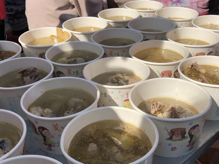 嘉義市愛鄉慈善會固定每月第二、第四個周一發愛心便當,今天中午邀請400名街友、弱勢戶聚餐,提供炒麵、麻油雞酒等家常料理。記者王慧瑛/攝影