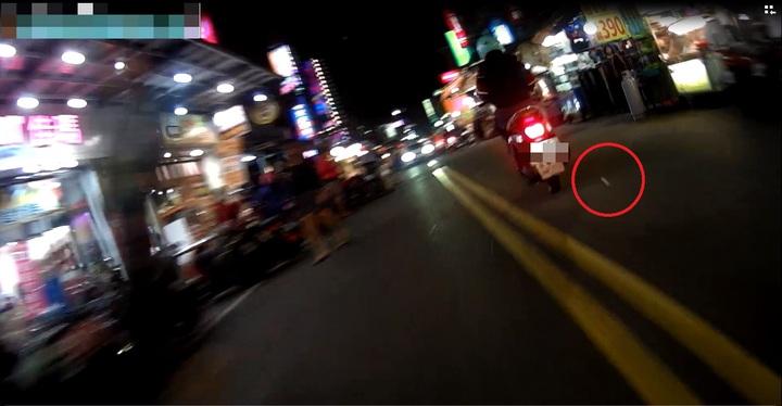 警方密錄器拍下周姓男子丟包毒品海洛因的過程。記者袁志豪/翻攝