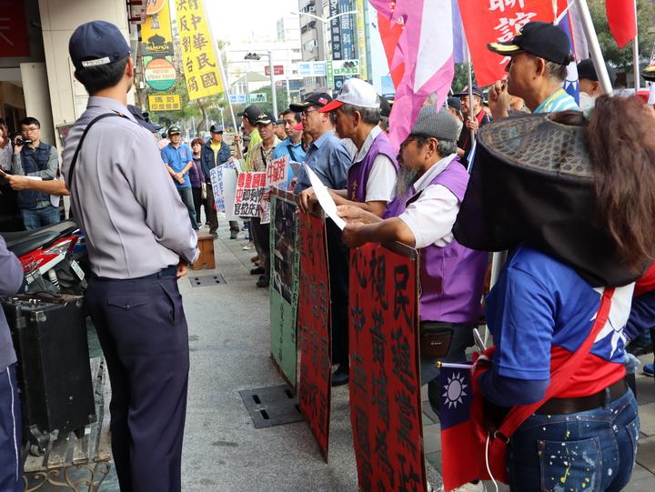 抗議團體在現場高呼口號並高唱校歌,左營警分局出動數十警力到場維護秩序。記者張媛榆/攝影