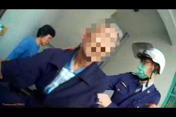 王姓老翁被小港所警方成功救下。記者林伯驊/翻攝