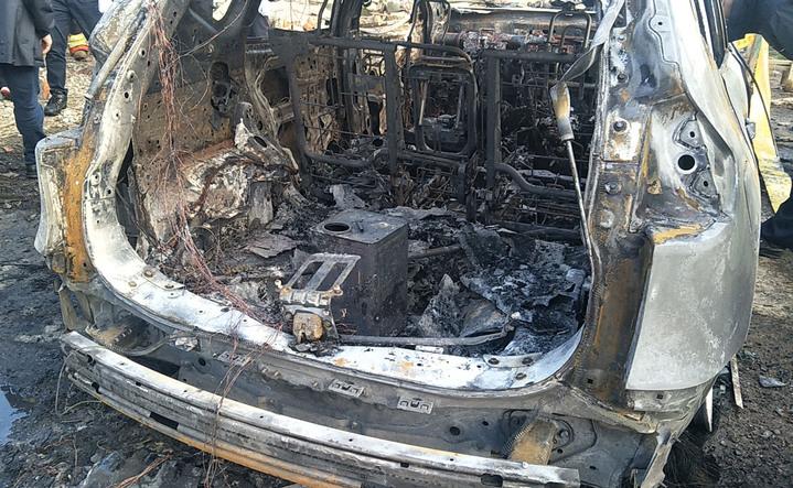 桃園市觀音區一輛自小客車起火爆炸燒成廢鐵,車上2人燒成焦屍,車後找到疑似燒燼的汽油桶,警方懷疑可能引起火燒車。記者曾增勳/攝影
