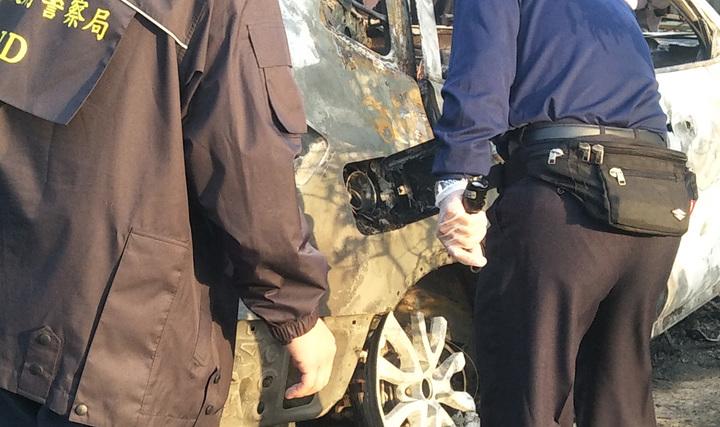 桃園市觀音區一輛自小客車起火爆炸燒成廢鐵,車上2人燒成焦屍,車油蓋蓋並未打開,警方懷疑後座疑似汽油桶引發火燒車。記者曾增勳/攝影
