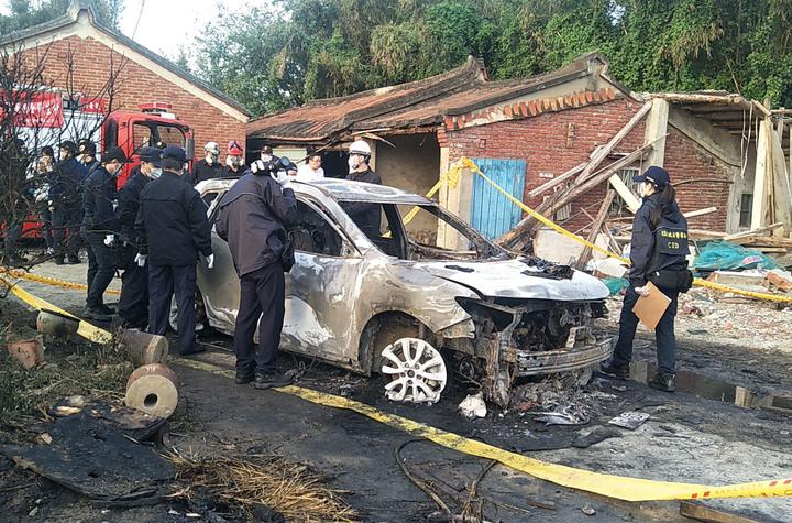 桃園市觀音區一輛自小客車起火爆炸燒成廢鐵,車上2人燒成焦屍,目前車主和妻子失聯,警方鑑識調查中。記者曾增勳/攝影