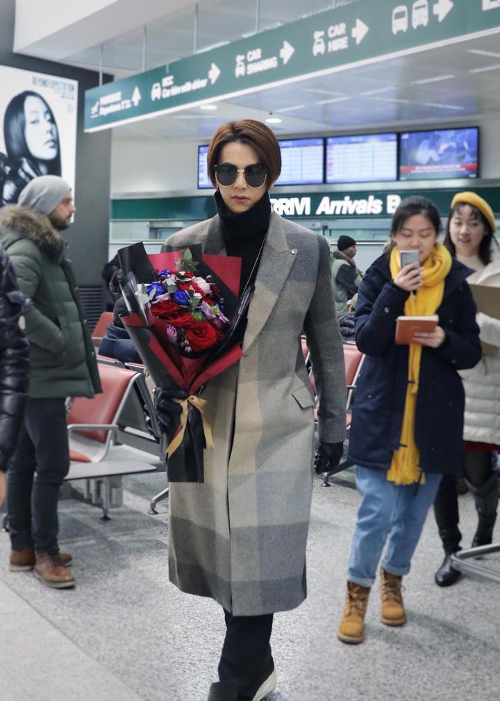 汪東城到米蘭看秀,機場穿搭也很有型,粉絲熱情接機。圖/東藝提供