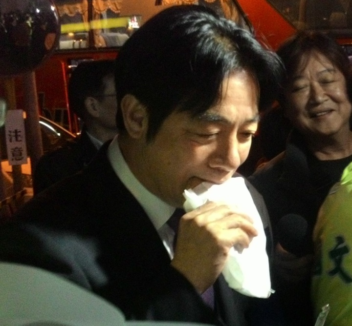 行政院前院長賴清德,今晚回到台南市,大口吃下支持者送來的美味蔥肉餅。記者黃宣翰/攝影