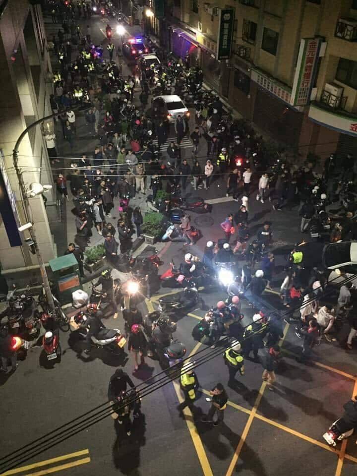 家暴父住處前人潮聚集約在晚間10時許達到高峰。圖/翻攝自臉書粉絲團「爆料公社」