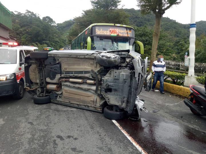 余姓前科犯今早逆向駕駛撞安全島後,狠撞公車,公車車頭全毀。圖/基隆市警局提供