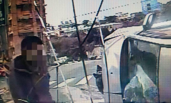 余姓男子今早逆向駕駛撞安全島後,狠撞公車,公車車頭全毀,事後還在肇事現場藏毒。圖/基隆市警局提供
