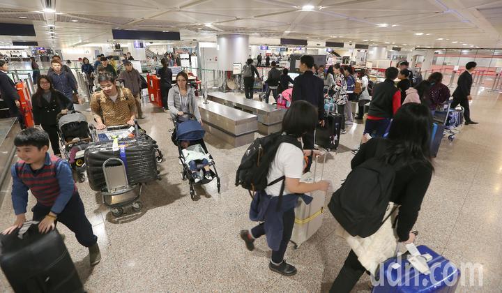 行政院長蘇貞昌14日上任第1個行程衝到桃園機場盯緊非洲豬瘟防疫,關務署台北關15日提升旅客手提行李抽檢比例,為防疫把關,但也產生旅客通關時短暫排隊的後遺症。記者陳嘉寧/攝影