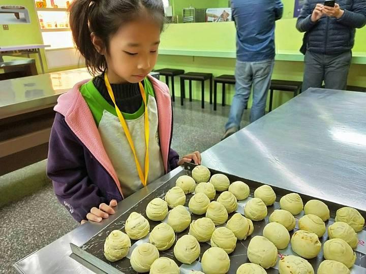 二林鎮廣興國小小朋友今天到台中市大甲區德化國小,進行「芋先幸福」一日教學活動,小朋友diy製作芋頭酥芋頭後帶回家與家人分享。照片/德興國小提供