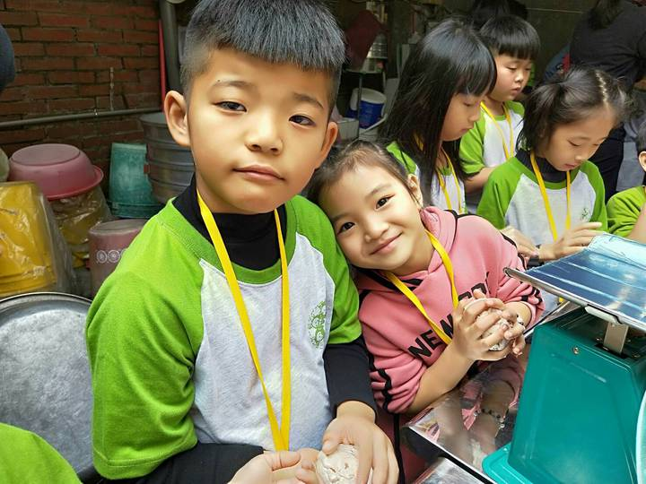二林鎮廣興國小小朋友今天到台中市大甲區德化國小,進行「芋先幸福」一日教學活動。照片/德興國小提供