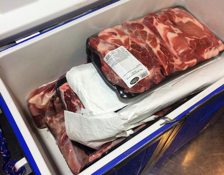 大陸非洲豬瘟疫情嚴峻,沒想到也有旅客從美國帶豬肉來台灣。1名帛琉籍女子15日晚間入境台灣時,攜帶了16點5公斤的豬肉,被海關查獲送防檢局開罰1萬元。記者陳嘉寧/翻攝