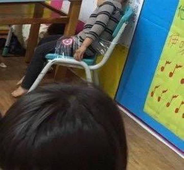 王姓男童在幼兒園被膠帶綑綁在椅子上。圖/人本教育基金會提供