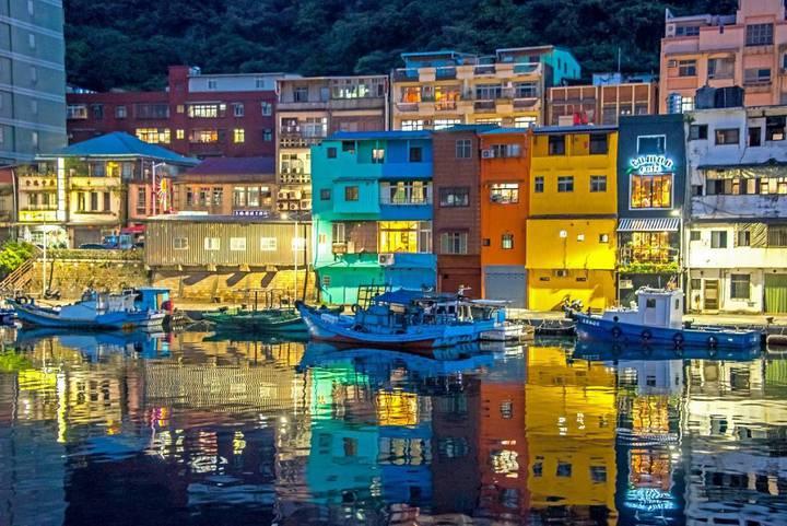 正濱漁港彩繪懷舊碼頭攝影比賽,金牌奬「燈光輝璧」,讓人驚豔不已。圖/基隆市政府提供