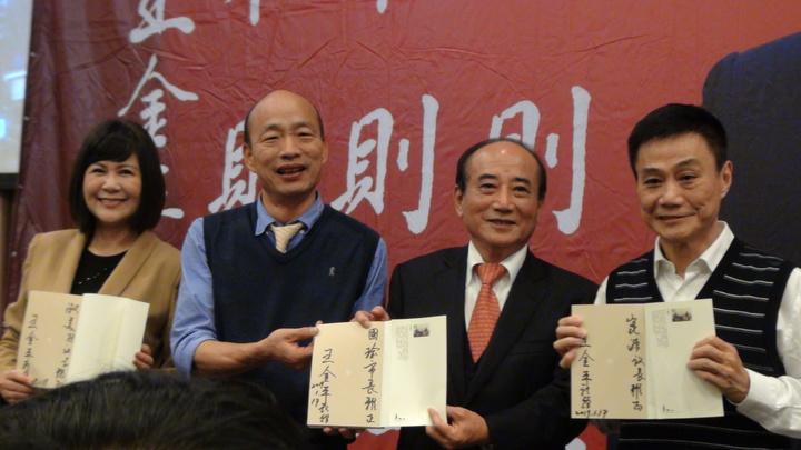 王金平在自己的書上簽名分別送高雄市長韓國瑜、議長許崑源、副議長陸淑美。記者謝梅芬/攝影
