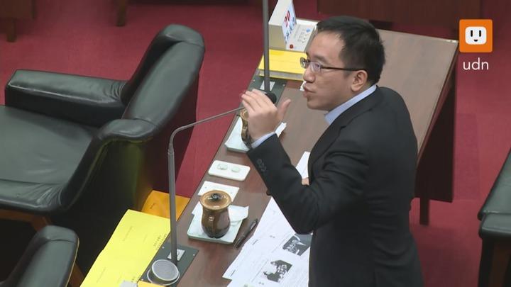 高雄市議員陳致中18日再度質詢高雄市長韓國瑜。記者謝育炘/攝影