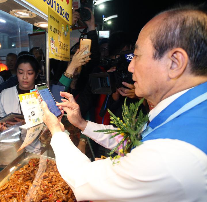 前立法院長王金平今晚在六合夜市試用高雄幣,直說非常方便。記者劉學聖/攝影