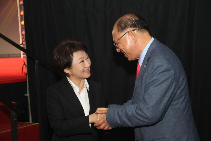 台中市長盧秀燕(左)今出席上銀科技尾牙。記者黃寅/攝影