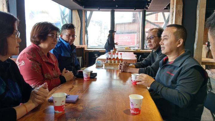 宜蘭羅東鎮長吳秋齡(左二)希望把文創元素帶進知名的羅東夜市,提升夜市邁向文創2.0。記者戴永華/攝影