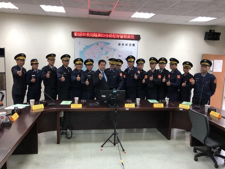 台南市長黃偉哲上午前往第4分局親自頒獎慰勞有功警員,感謝員警嚴肅執法,維護市民安全。記者邵心杰/攝影