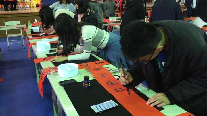 花蓮縣文化局、教育處合辦寫書法活動,邀小朋友揮毫寫春聯。記者王燕華/攝影