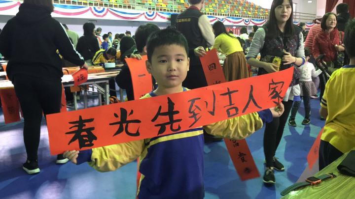 花蓮縣文化局、教育處聯手舉辦寫春聯,小朋友得意洋洋秀出成品。記者王燕華/攝影