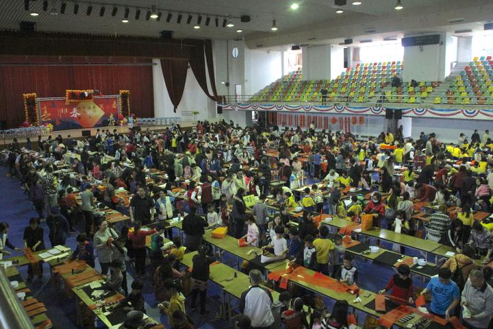 花蓮縣文化局、教育處合辦寫書法活動,逾400名學生齊聚一堂揮毫寫春聯。記者王燕華/攝影