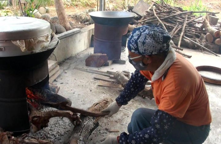 移居到「日光小林社區」的小林村民,農曆年前即炊製年糕販售,復振產業文化。記者王昭月/攝影