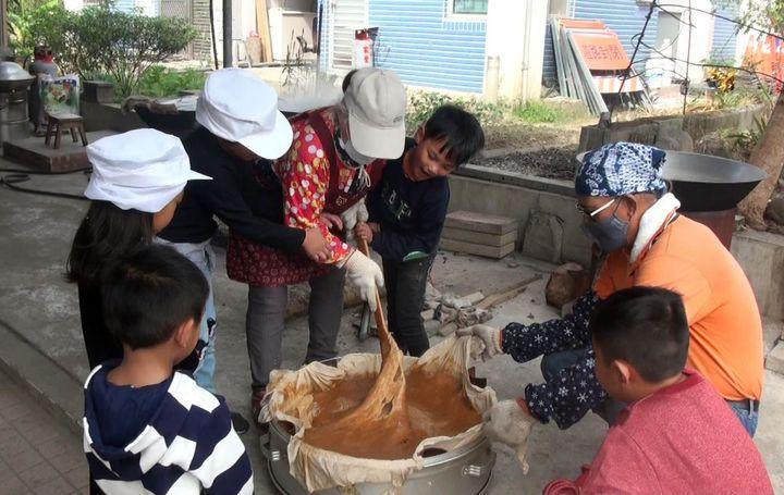 八八風災將滿10年,倖存的小林村民努力復振產業文化,今年由耆老教導災後出生的小朋友炊製年糕,要將「阿嬤ㄟ味道」代代傳承。記者王昭月/攝影