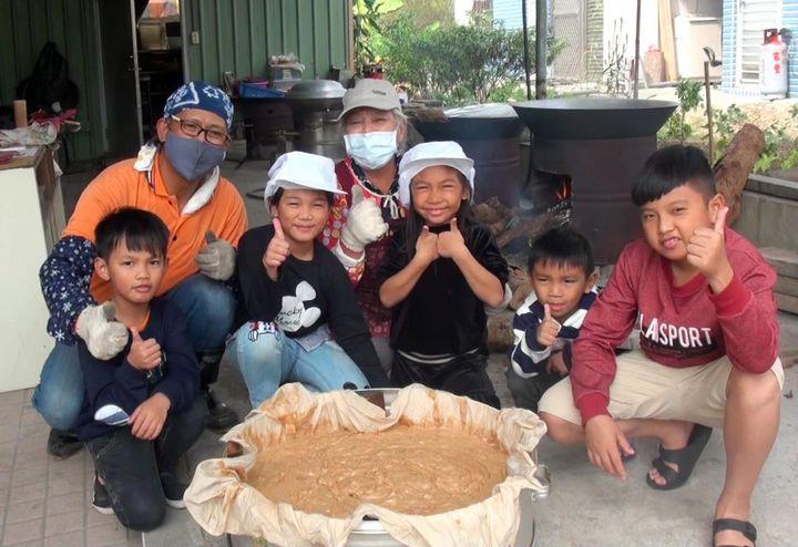 高雄日光小林社區至今堅持以古法炊製年糕,今年適逢八八風災10周年,耆老們也向災後新世代傳承年糕製作技藝。記者王昭月/攝影