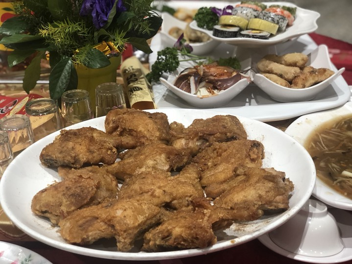 炸雞腿、油飯、雞湯等家常菜色暖呼呼上桌,吃不完也方便打包,是一場零剩食的公益尾牙。記者王慧瑛/攝影