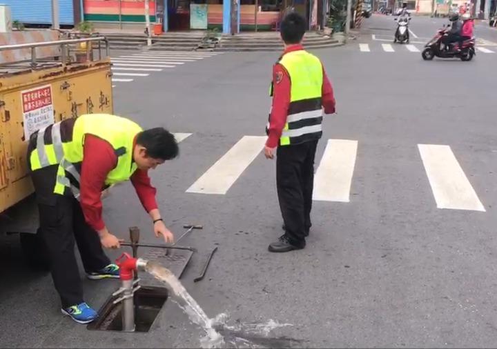 消防員執行消防栓查察時,往往來回穿梭於馬路或駐留引導車輛,穿著反光背心更加安全,達到警示效果。記者劉星君/翻攝