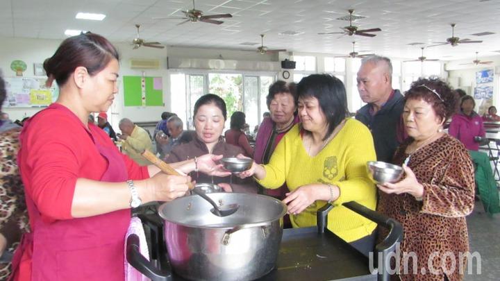 苗栗縣公館鄉仁安社區關懷據點1周5天共餐,吸引民眾到據點。記者范榮達/攝影